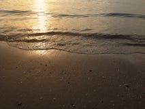 海滩海水在晚上 免版税库存图片