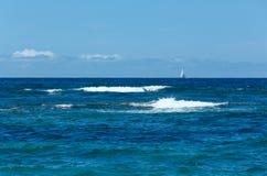 海从海滩(希腊、莱夫卡斯州,爱奥尼亚海)的夏天视图 免版税库存图片