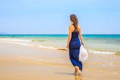 海洋海滩的少妇 免版税库存照片