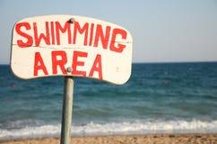 海滩游泳的地区路标 库存照片