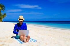 海滩热带膝上型计算机的人 库存照片