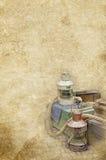 海洋煤气灯,箱子,在老葡萄酒的绳索构造了纸背景 免版税库存照片