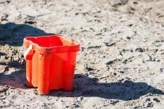 海滩玩具在沙子和海 库存图片