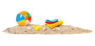 海滩球、毛巾和玩具 库存照片
