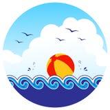 海滩球和波浪 免版税库存照片