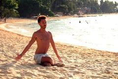 海滩瑜伽日落 免版税图库摄影