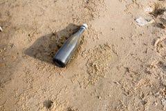 海滩瓶废弃物塑料 免版税图库摄影
