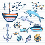 海洋生活剪影手拉的乱画集合 与船、海豚,壳和其他的船舶收藏 在颜色的传染媒介 图库摄影