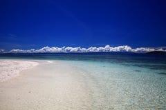 海滩用白色沙子和清楚的水 免版税库存图片