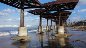 海滩由水损坏了在风暴,白天,地中海,海法,以色列以后 库存照片