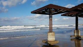 海滩由水损坏了在风暴,白天,地中海,海法,以色列以后 免版税库存照片