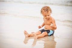 海滩男孩使用的一点 免版税图库摄影