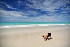 海滩的一个卷曲女孩 免版税库存图片