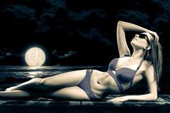 海滩的一个女孩在月光 免版税图库摄影