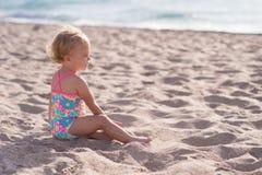 海滩的一个岁女婴 免版税库存图片