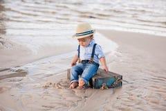 海滩的一个岁男婴 免版税库存照片