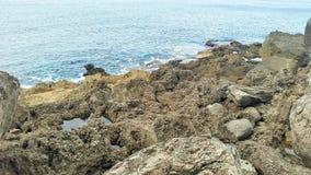 海洋的一个看法从多岩石的海滩 免版税库存照片