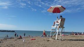海滩的一位救生员 免版税库存照片