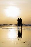 海滩的两个人早晨 免版税库存图片