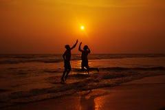 海滩的两个人 免版税图库摄影