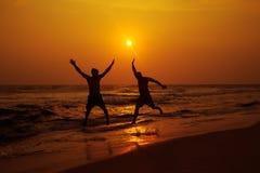 海滩的两个人 免版税库存照片