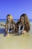 海滩的两个女孩 免版税图库摄影
