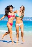海滩的两个美丽的女孩 免版税库存照片