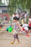 海滩的中国小孩,北京,中国 免版税库存图片