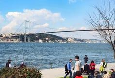 海滩的享受春天的人伊斯坦布尔海峡  免版税库存图片