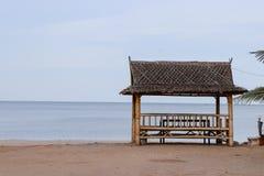 海滩的亭子 免版税库存照片