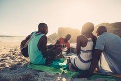 海滩的人享受假期的 库存图片