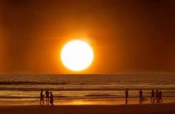 海滩的人们在日落的水,海洋,假期中 免版税库存照片