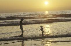 海滩的人们在日落,北部圣地亚哥,加州 库存照片