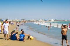 海滩的人们在晴天 免版税库存图片