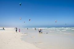 海滩的人们在Kalk咆哮, S A 免版税库存照片