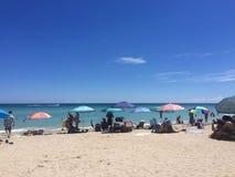 海滩的人们 免版税库存图片