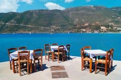 海滩的传统希腊小酒馆 免版税库存照片