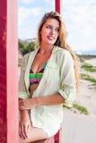 海滩的俏丽的妇女 免版税库存图片