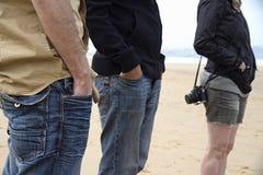 海滩的偶然游人 免版税库存照片
