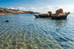 海滩的全景在礁石的 免版税库存照片