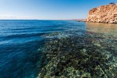 海滩的全景在礁石的 免版税图库摄影