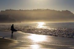 海滩的冲浪者在北加利福尼亚 免版税库存照片