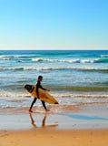 海滩的冲浪者,葡萄牙 免版税库存图片