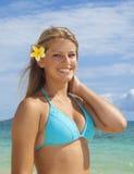 海滩的十几岁的女孩 免版税库存照片