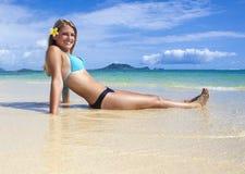 海滩的十几岁的女孩 免版税库存图片