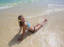 海滩的十几岁的女孩 库存图片