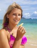 海滩的十几岁的女孩 免版税图库摄影