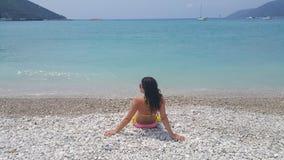 海滩的可爱的女孩 免版税库存照片
