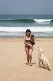 海滨的可爱的妇女 免版税库存照片