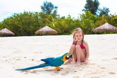 海滩的可爱的小女孩与大五颜六色 免版税库存图片